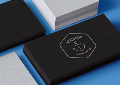 Cartes de visites sur papier noir avec un logo argenté